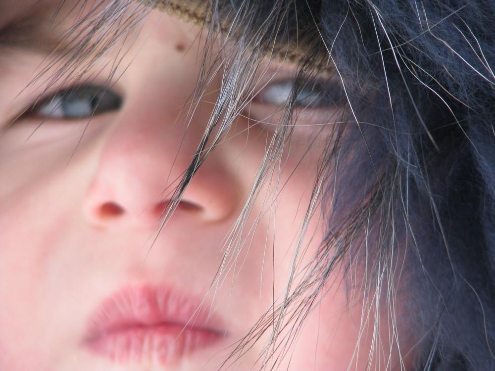 Ein Kind mit blaue Augen
