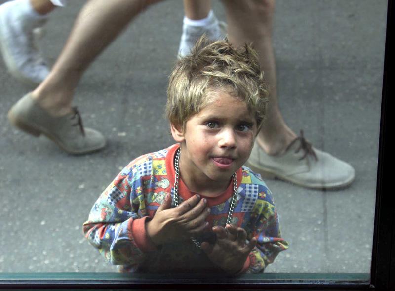 Ein Kind wo ganze tag bettelt
