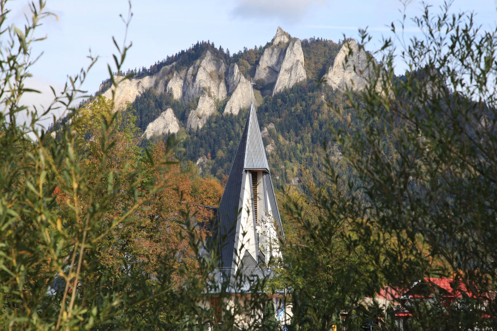 Ein Kirchturm wie ein Fels
