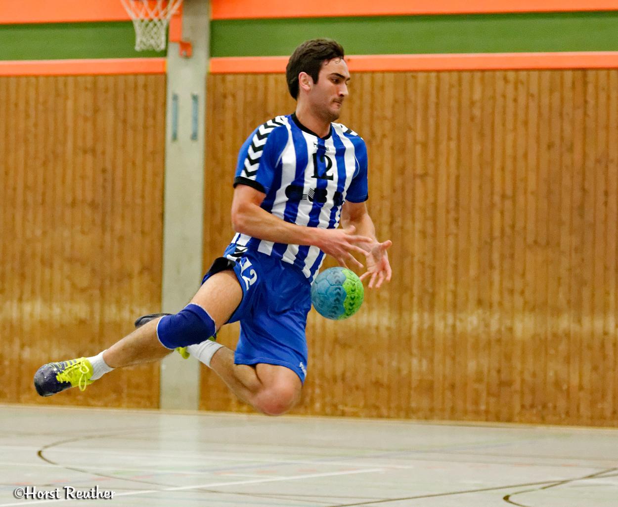 Ein klassischer Sprung beim Handball.