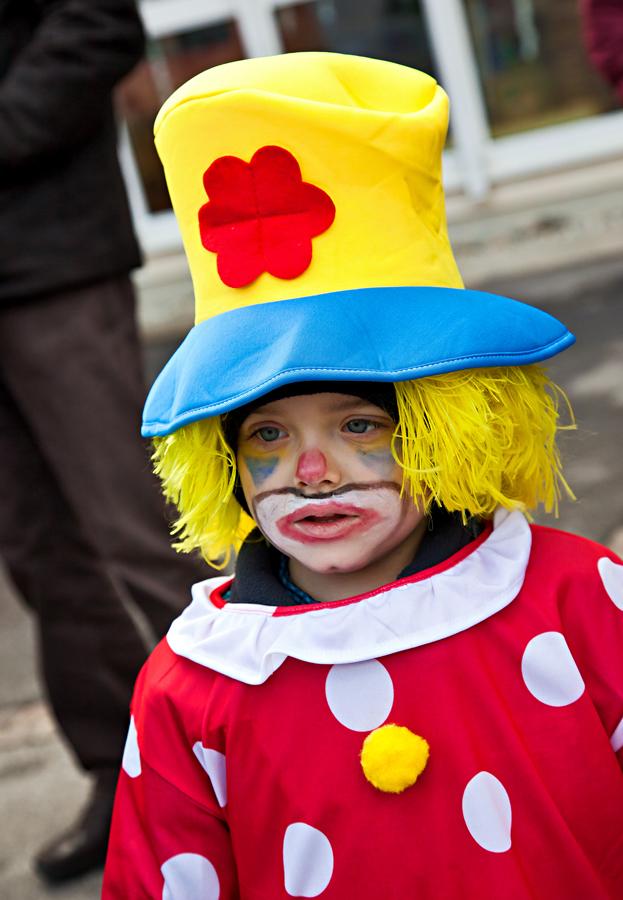 Ein kleiner Clown wartet auf den Faschingsumzug!