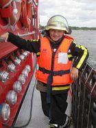 ...ein kleiner Feuerwehrmann auf dem Löschboot...
