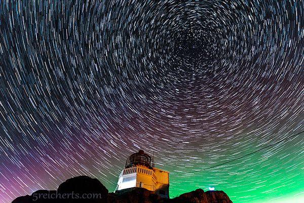 Ein kleiner Leuchtturm, Sterne und ein Hauch von Nordlicht
