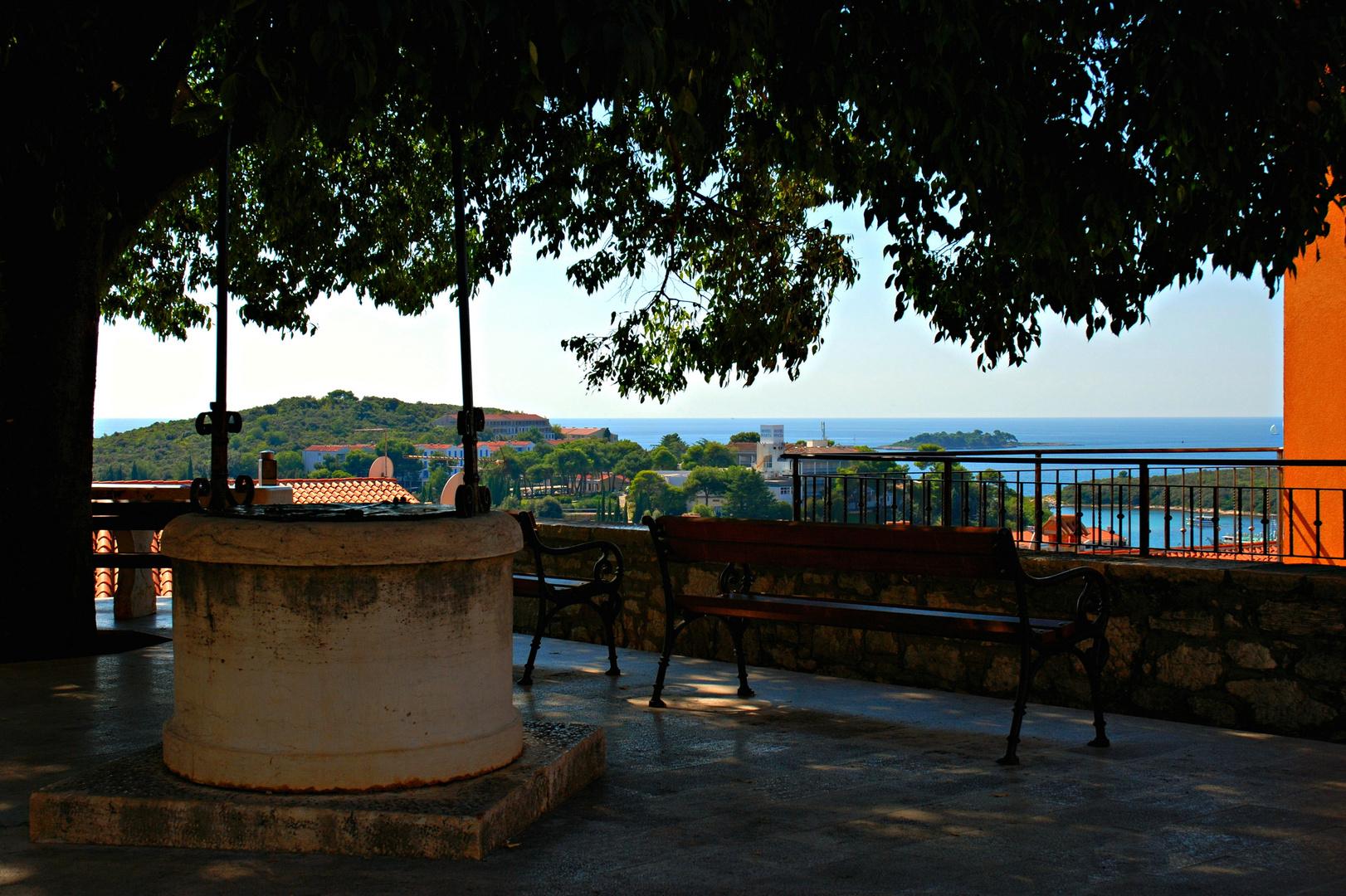 Ein kleiner Rastplatz erlaubt den Blick auf die Adria