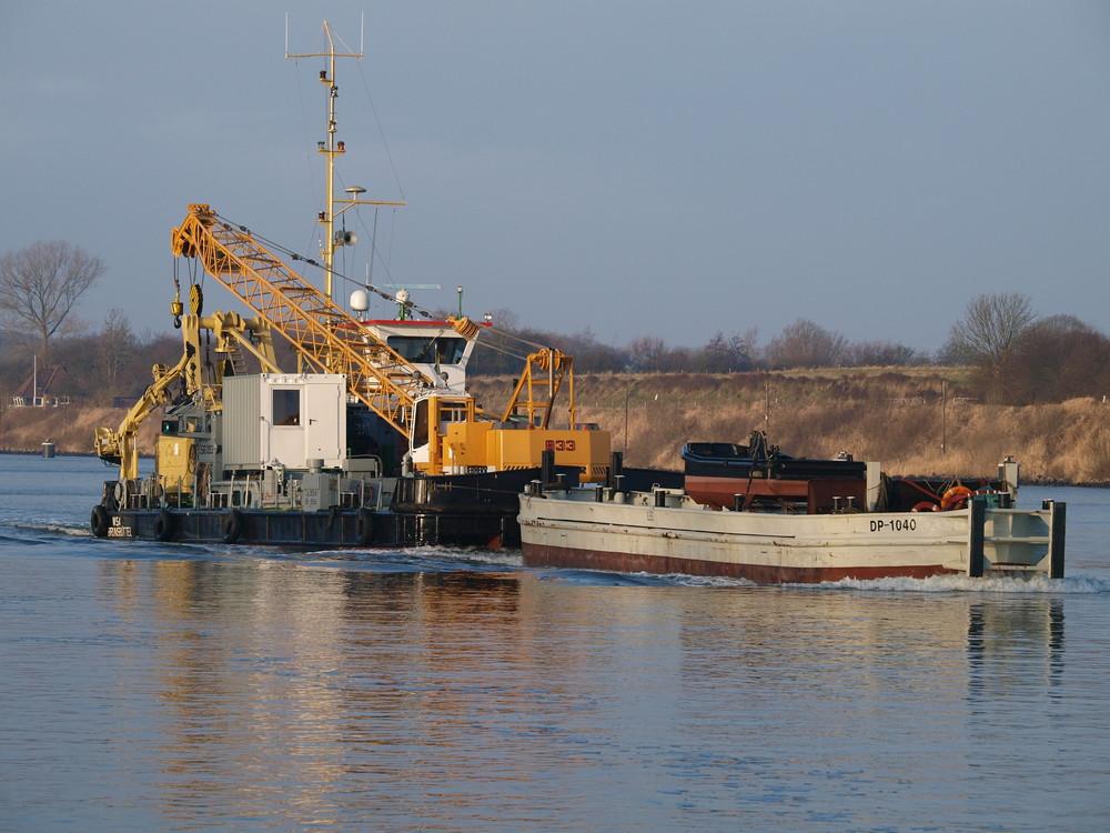 Ein kleiner Schubverband mit dem Hilfsschiff 1353 der WSA Brunsbüttel auf dem Nord-Ostsee-Kanal.