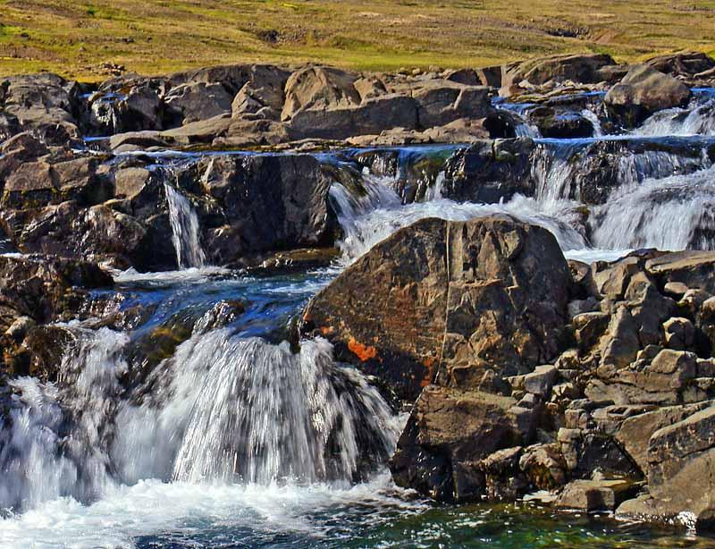 Ein kleiner, unbenannter Wasserfall