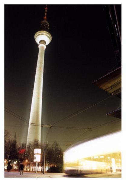 ein kleines Bild mit einem großen Turm, den Alex