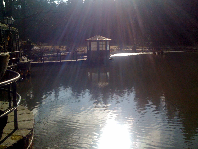 Ein kleines Haus auf dem Wasser