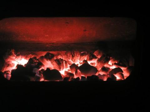 Ein Kohlefeuer für die kalten Tage