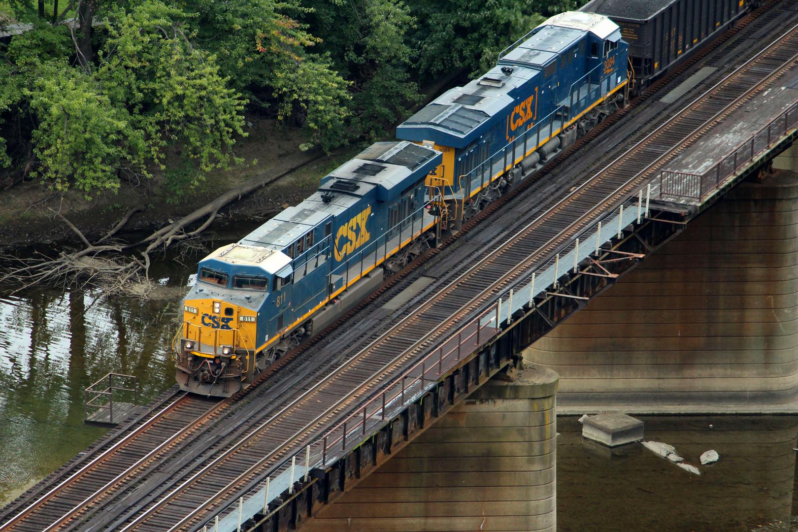 Ein Kohlezug der CSXT passiert die Brücke bei Harpers Ferry, West Virginia, USA
