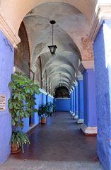 Ein Kreuzgang im Kloster Santa Catalina In Arequipa
