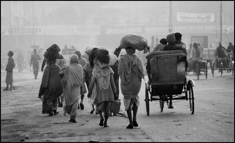 Ein kühler, nebliger und staubiger Morgen in Varanasi
