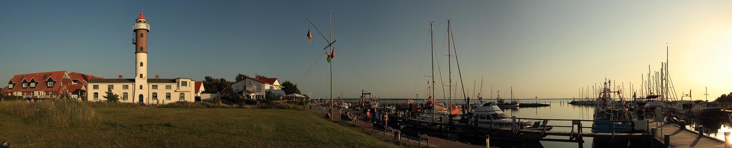 Ein Leuchtturm und ein Hafen