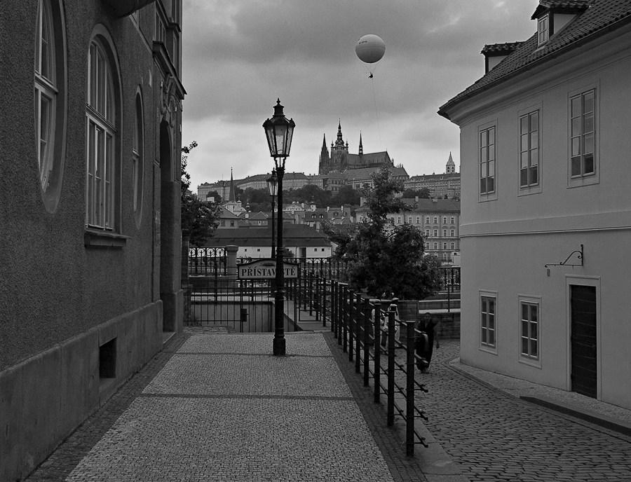 Ein Luftballon über Prag