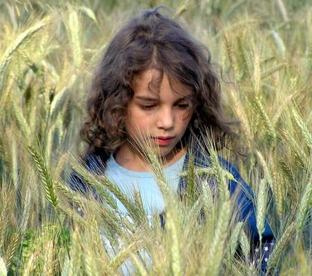 ein Mädchen im Weizenfeld