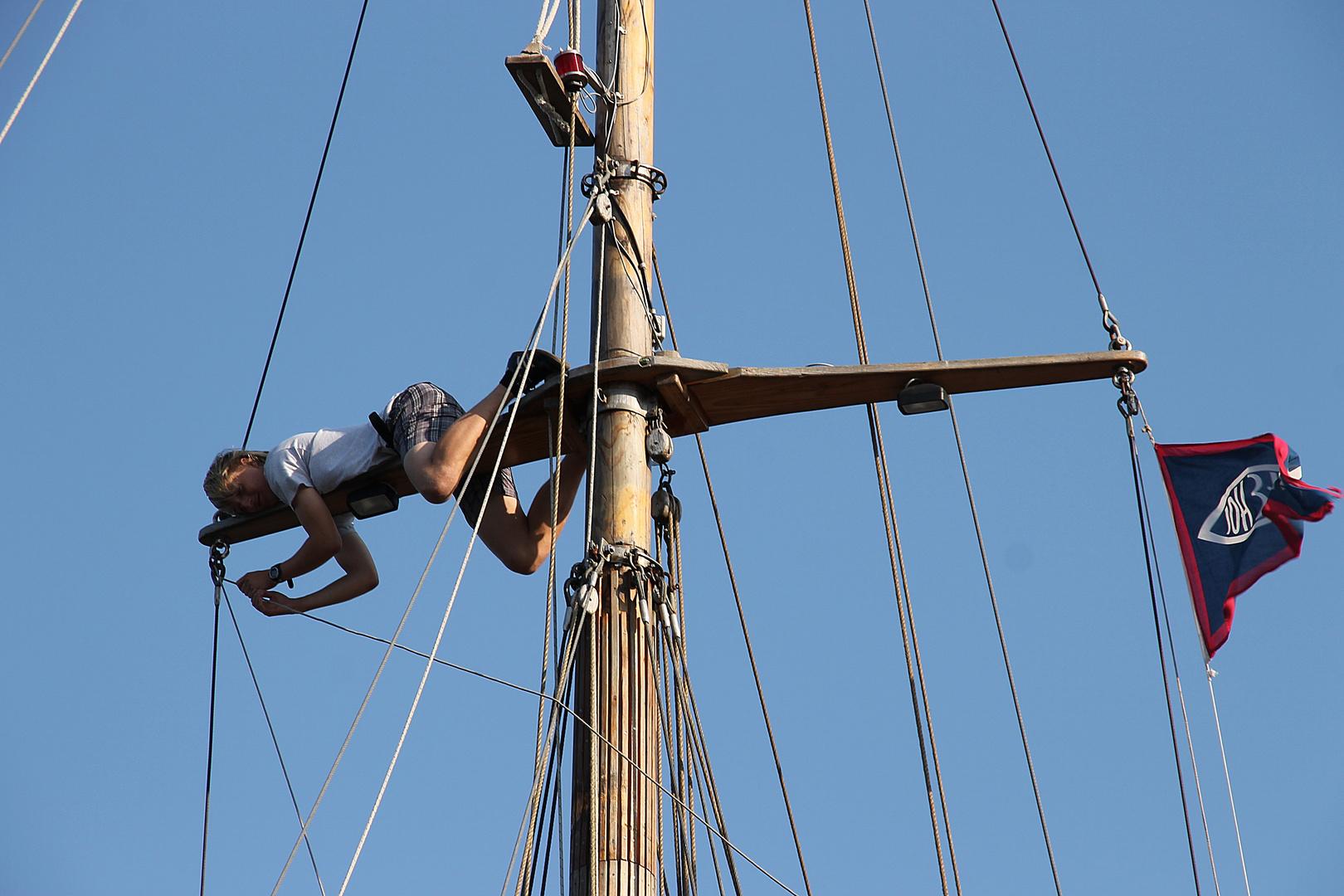 ein Mann hängt im Mast....