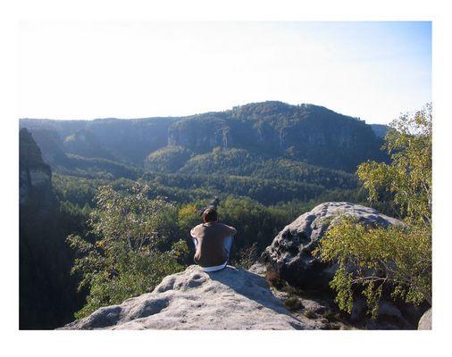 ein Mann in Betrachtung der Berge ...