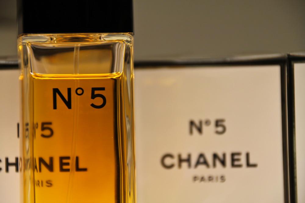 Ein Mann kann anziehen, was er will - er bleibt doch nur ein Accessoire der Frau. - Coco Chanel