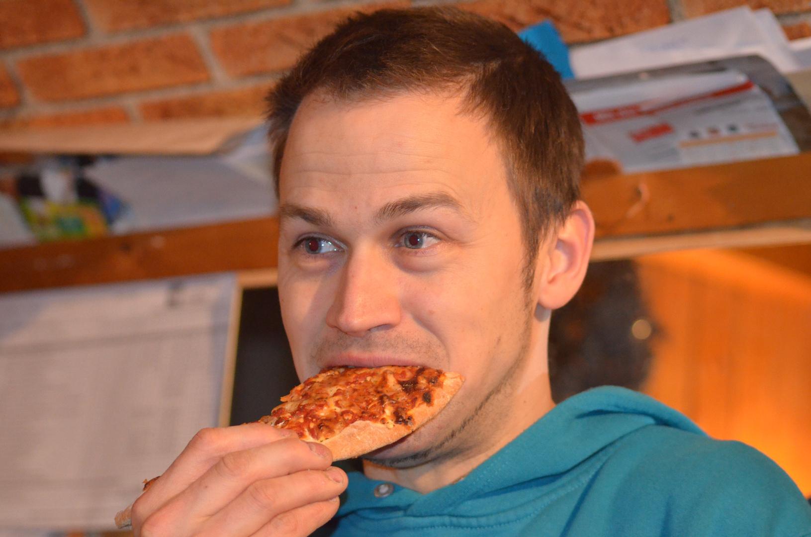 Ein Mann mit Pizza