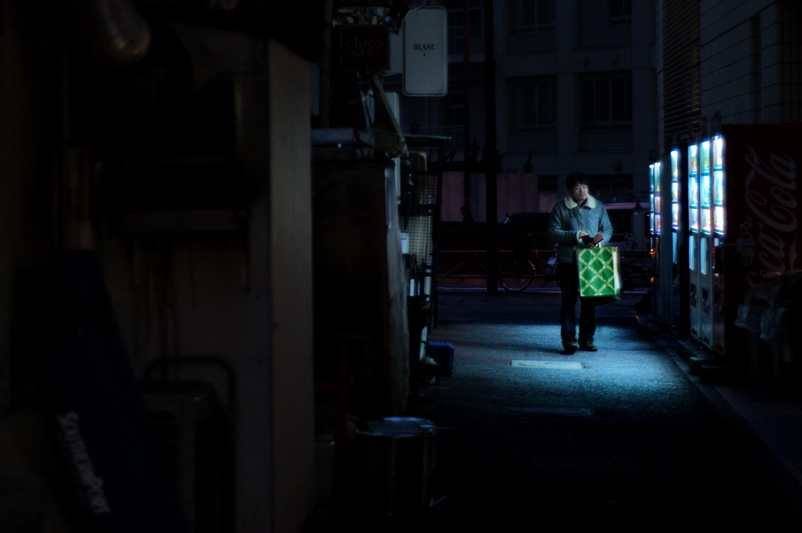 Ein Mann und sechs Getränkeautomaten