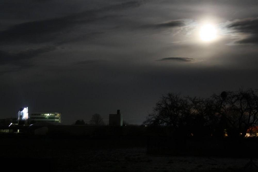 Ein Mond voller Wolken