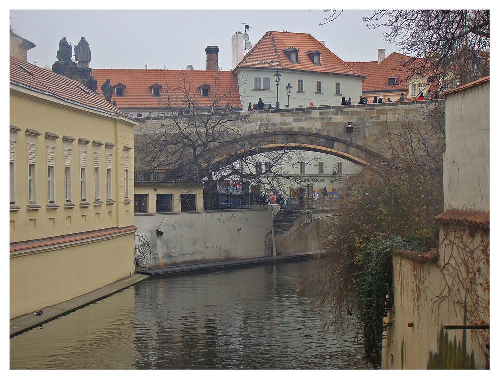 Ein motiv zum ansehen weiter vorne der beginn der berühmten karlsbrücke