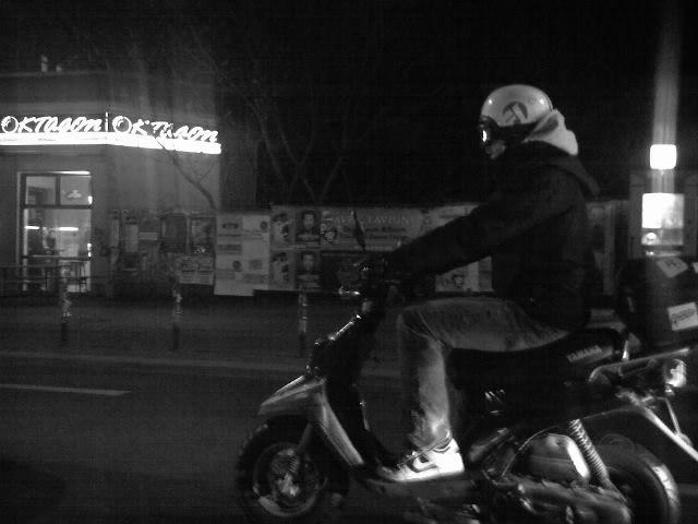 ein motorradfahrer in prenzlauer berg
