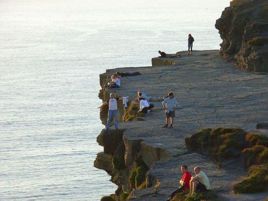 Ein Mutiger auf den Cliffs of Moher