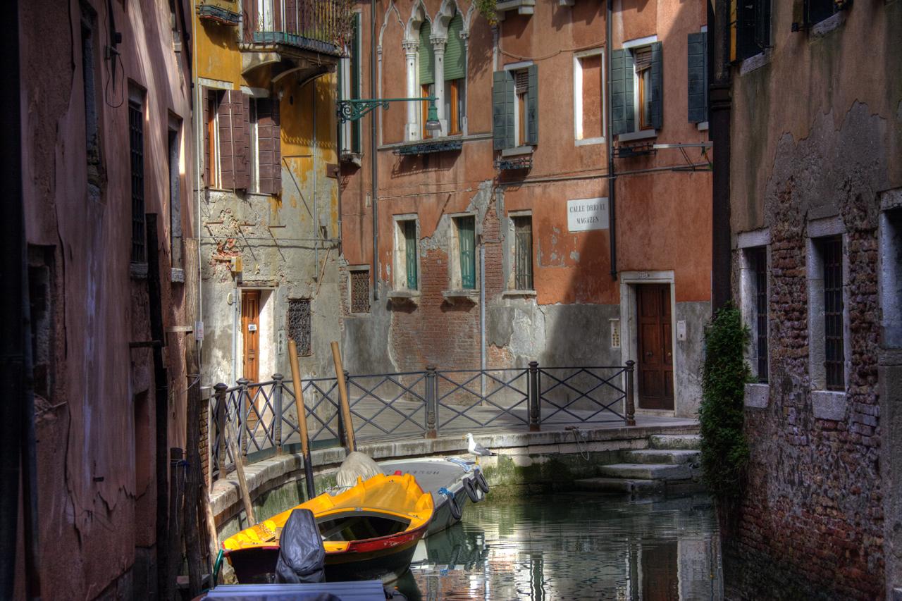 Ein Nebenkanal in Venedig