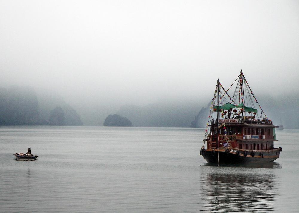 Ein nebliger Morgen in der Ha Long Bucht