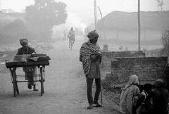 Ein nebliger Wintermorgen an der indisch-nepalesischen Grenze