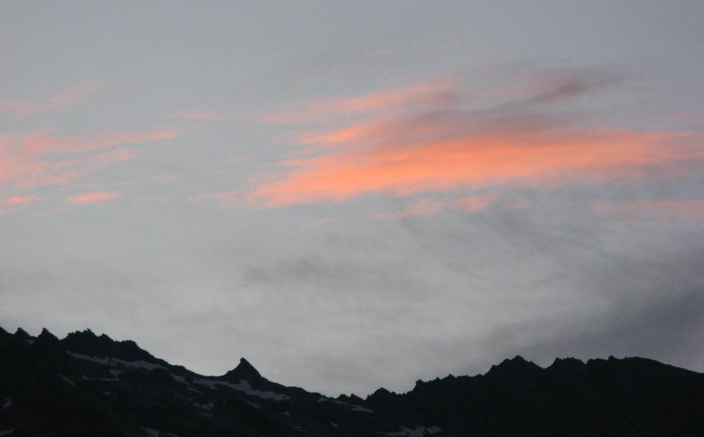 Ein neuer Tag erwacht in den Alpen