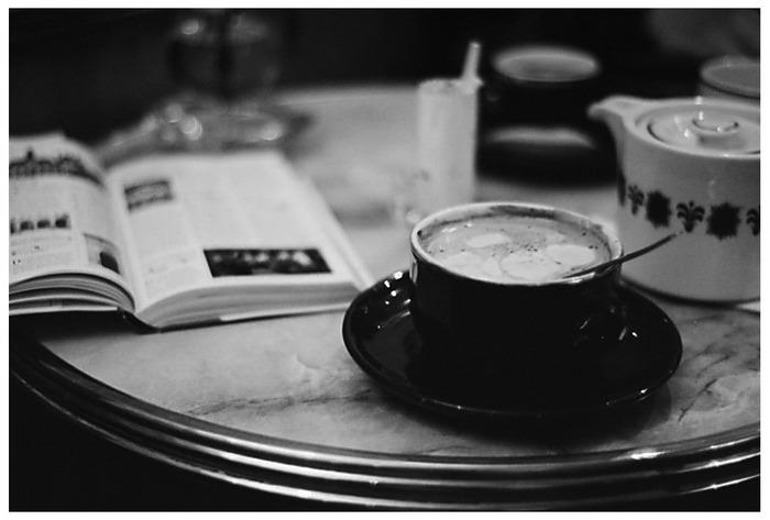 ein päuschen in einem pariser cafe