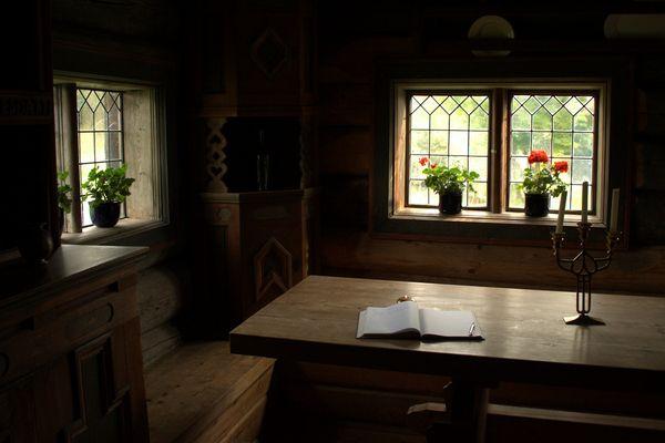 Ein Raum. Ein Fenster. Ein Buch.