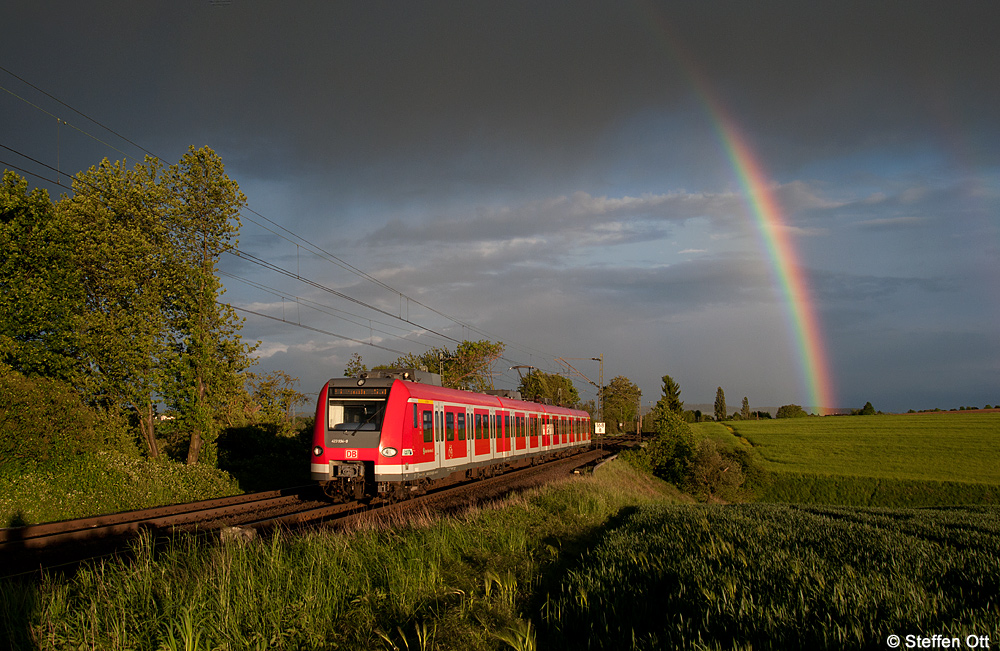 Ein Regenbogen über der Main-Weser-Bahn