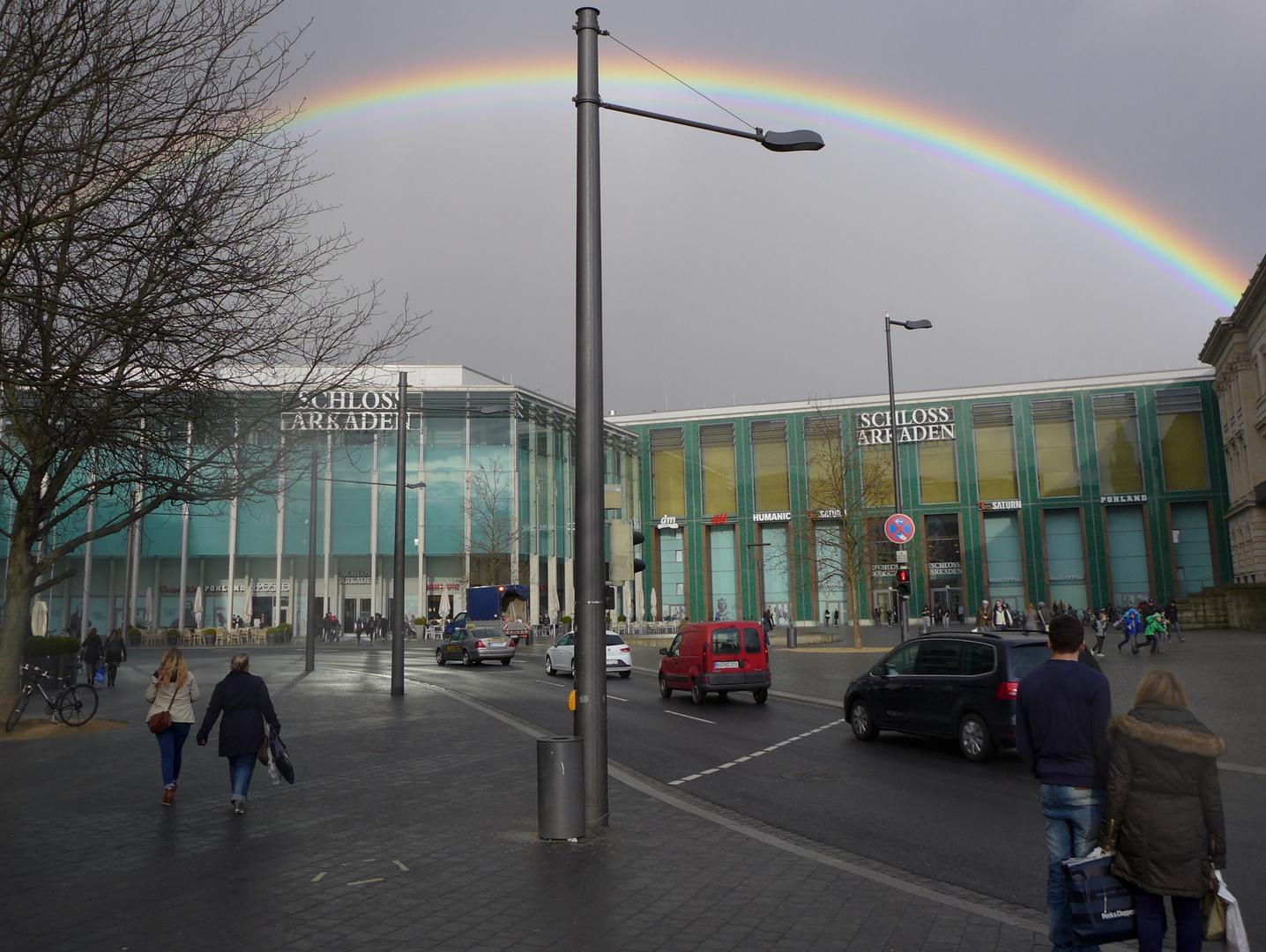 Ein Regenbogen zwischen Schlosscarree und Schlossarkaden