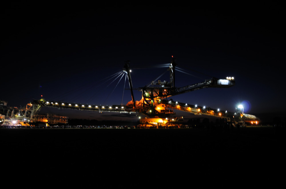 Ein Riese auf Reisen (bei Nacht)