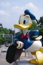 Ein riesiger Donald Duck geht auf Reisen