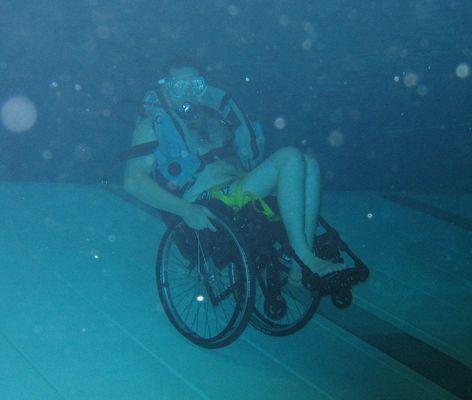 ein Rollstuhlfahrer auf den Hinterräder unter Wasser....ist doch geil, oder?