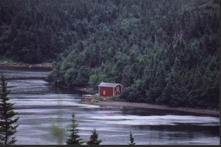 Ein rotes Haus am Wasser
