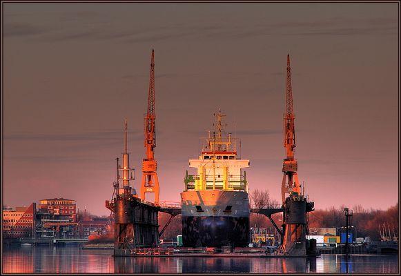 Ein Schiff auf dem Trockenen im Abendrot