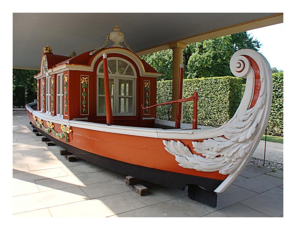 Ein Schiff wird kommen............steht im Schlosspark von Pillnitz
