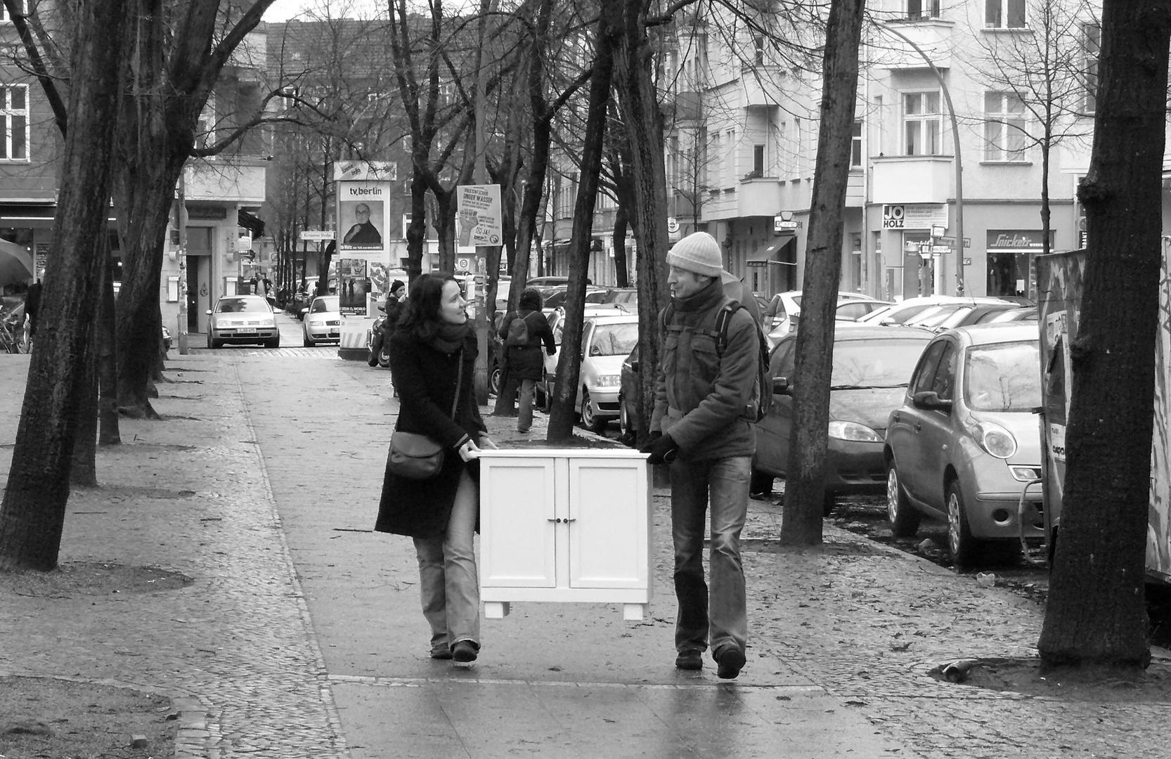ein Schrank wird getragen