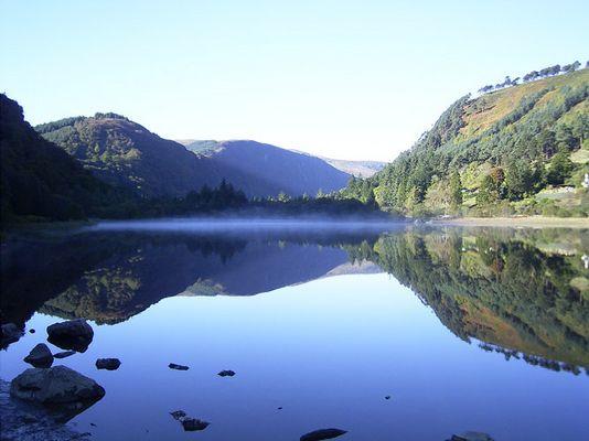 Ein See hoch in den Bergen von Glendalough