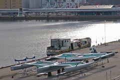 Ein Seelenverkäufer und zwei aufgebockte Trimarane im Stockholmer Hafen