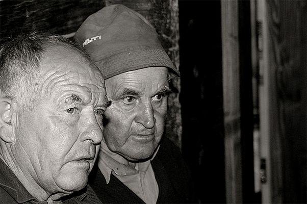 Ein Skilehrer (ad) und ein Bergbauer aus Tirol denken über die Zukunft nach