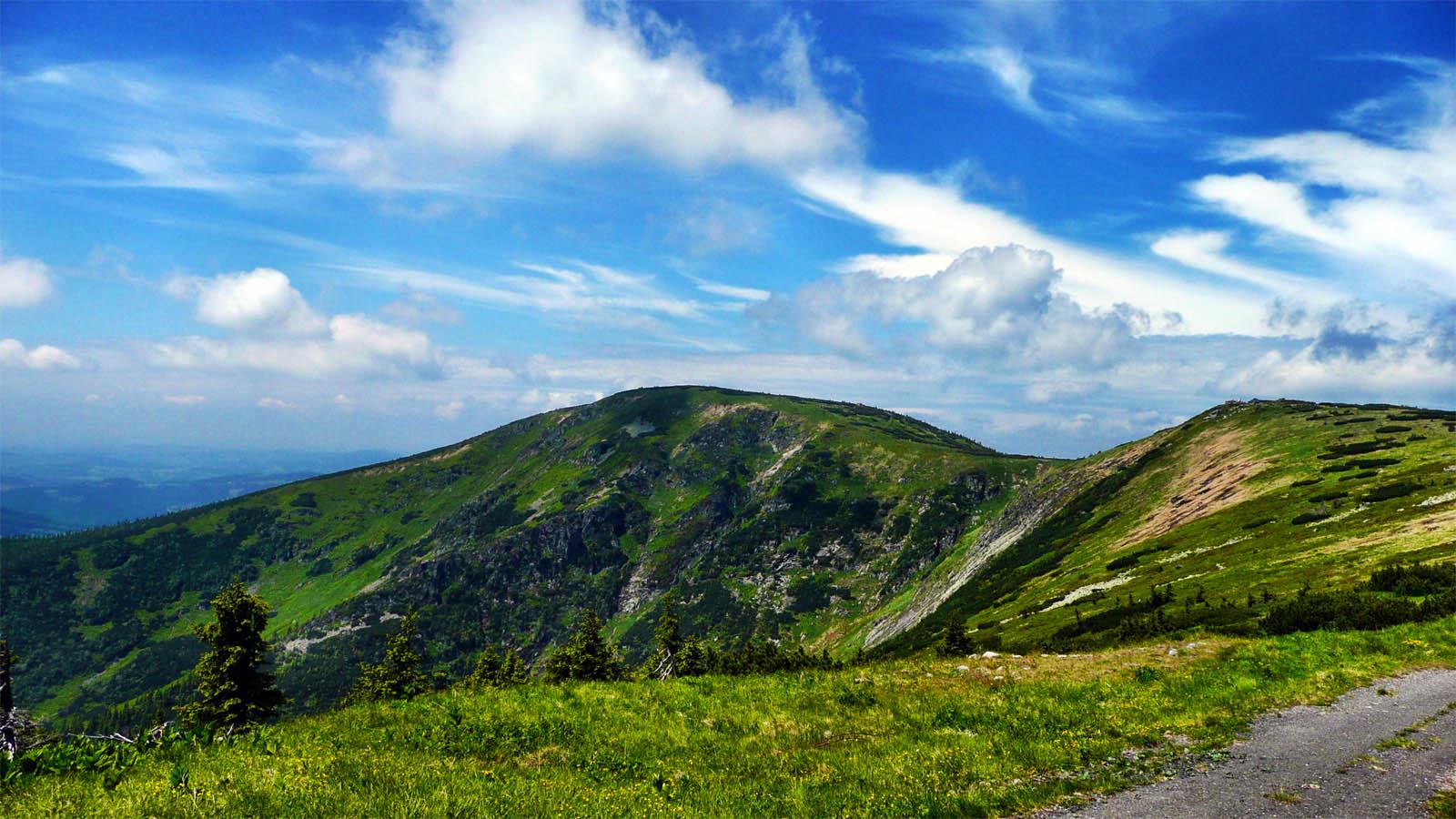 Ein sommerlicher Kammweg auf der Suedseite des RIesengebirges
