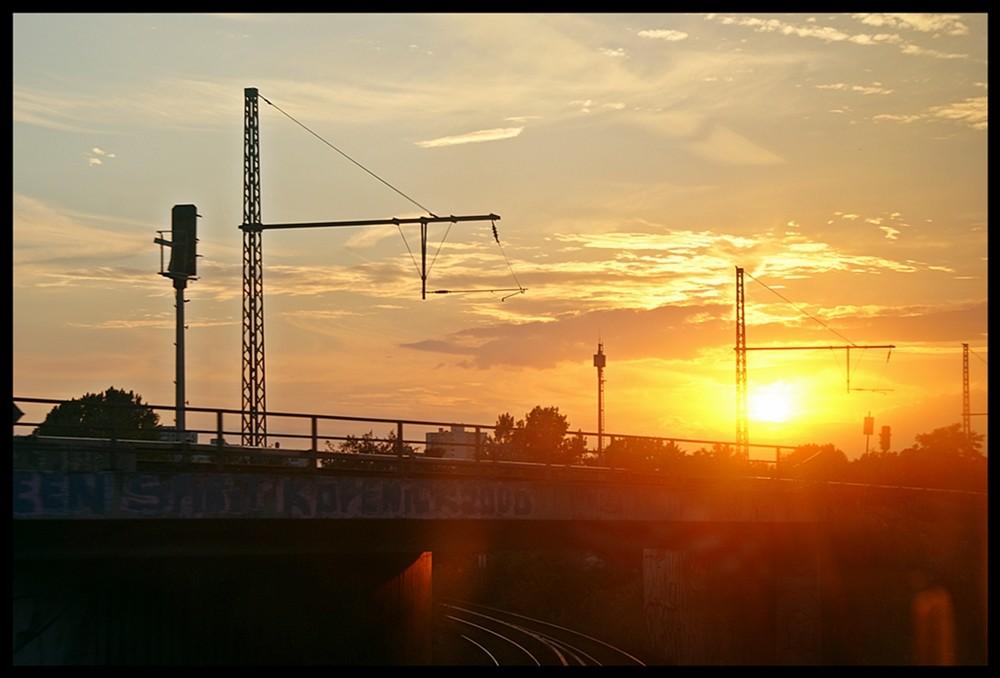 ein sonnenuntergang aus der S-Bahn in Berlin