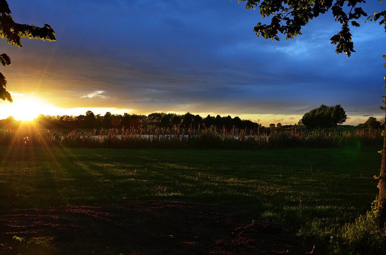 Ein Sonnenuntergang in Bornheim bei Bonn aus Sicht einer Golfanlage ............