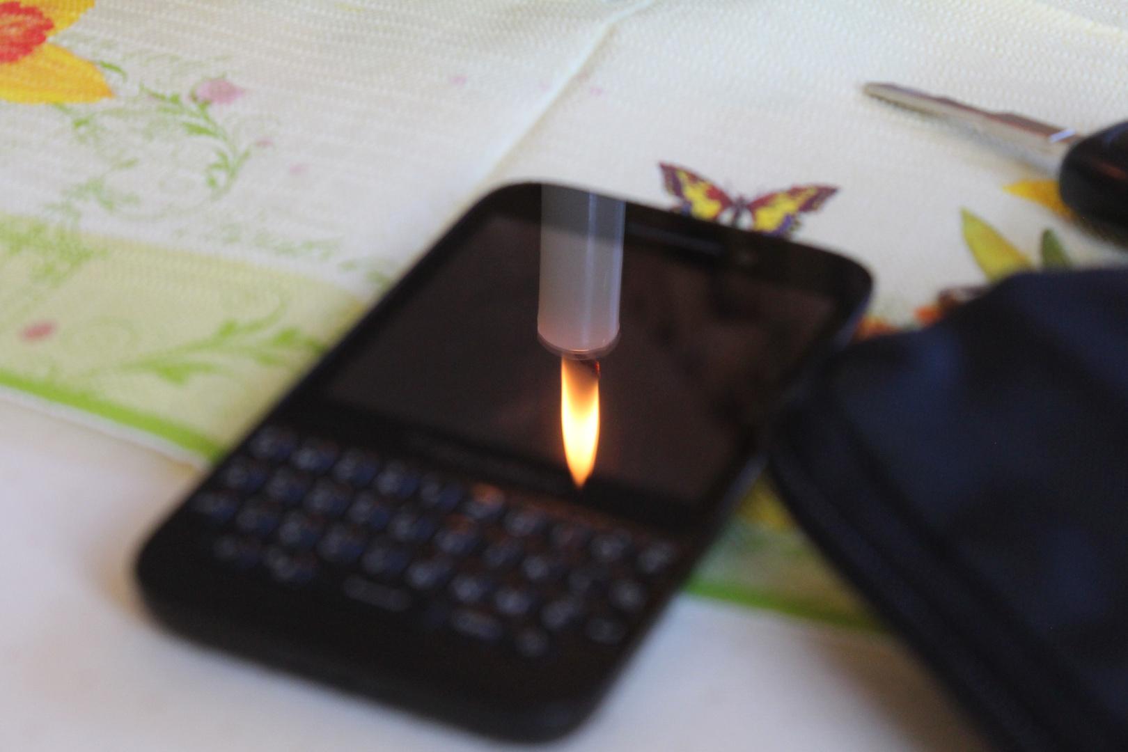 Ein Spiegelbild am Festtagstisch - Kerze im Blackberry